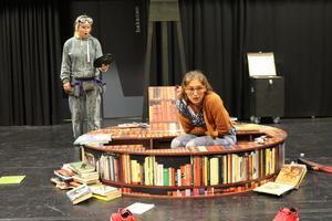 Katja Lobas och EvaMaria Oria i 4:e teaterns föreställning