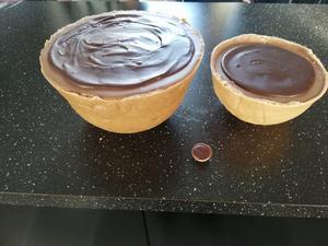 Visst går det att baka egna toffifee – den största väger 4,3 kilo, den mindre 1,8 kilo och den lilla köpta godisen väger åtta gram. Bild: Veronica Berggren