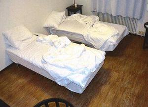 """""""Jag sov inte en blund den natten"""", säger mamman som övervakades av sonen under hela vistelsen på hotellet i Arboga. Trots det lyckades hon skicka iväg ett sms utan att han såg. Foto: Polisen"""