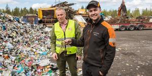 Tomas Thernström, avfallsstrateg på Södertälje kommun, och Mikael Lindahl, platschef på Skrotfrag, med vad som förefaller vara en gammal ljuskrona.