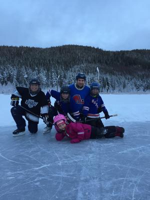 Hockeyträning i Hammarstrand. Martin med fr. brorsonen Melvin, sonen Vincent, sonen Leon och längst fram brorsdottern Livia.