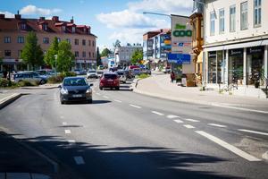 Skapa en gågata från rondell Coop och till Centrumhuset med trevliga uteserveringar, föreslår signaturen T E.