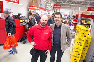Så här såg det ut när butikschefen Pavel Lenert och vd Erling Daell tog emot kunderna på öppningsdagen i fjol. Lenert har sedan dess avancerat till regionchef och Daell klargör att det går väldigt bra för Ludvikabutiken.