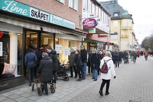 Insändarskribenten Mats Köbin skriver att han vill lyfta på hatten för personalen på Linneskåpet som kämpat och slitit för sin butik.