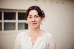 Nora Szentiványi har fått Smålits migrantpris för debutromanen