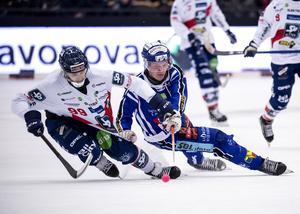 Låg tyngdpunkt i den tredje semifinalen. Nummer 99 – Tuomas Määttä – var den mest glänsande stjärnan i Edsbyn under säsongen. Här är han jagad av en välbekant profil i Villa Lidköping – Felix Pherson.