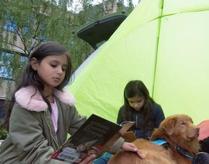 Systrarna Judy och Nour Afrej tillsammans med läshunden Alwin.