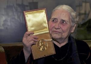 """När Doris Lessing fick Nobelpriset i litteratur, 2007, sa hon själv att """"hon har väntat i 35 år"""". Foto: AP Photo/Matt Dunham"""