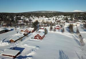 I centrala Idre intill Idresjöns strand ligger Sveas  hus som nu säljs. Fjällen finns inte långt bort.
