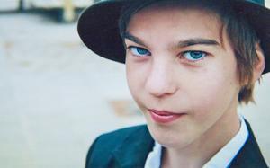 Alexander Wallström föddes med skolios. Han dog av för höga koldioxidvärden i blodet efter en rutinoperation. Alexander blev bara 16 år.
