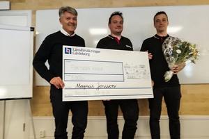 Krister Ängalid, ordförande i Brandskyddsföreningen Gävleborg delar ut stipendiet till Magnus Jonsson och Markus Mörk. Foto: Brandskyddsföreningen