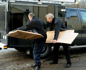 Polisens tekniker plockade med sig delar av inredningen till 52-åringens bostad för att säkra bevis mot honom i utredningen.