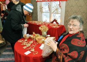 Ruth Lindberg från Mattmar sålde ut sitt vackra julpynt av halm till vrakpriser. Jag tänker inte fortsätta så länge till, säger Ruth, som är 75.