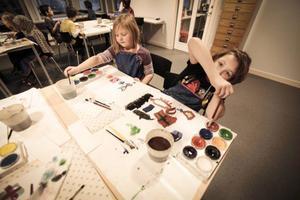 Olivia Alfredsson, 7 år, och Lukas Neves, 7 år, fick i går tillsammans med sina klasskamrater vara först att använda den nya bildsalen.