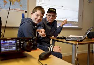 Jörgen Norrmén visar Lukas Strandberg hur en radiochatt går till.