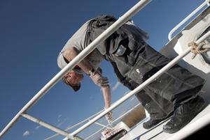 Lars Gustavsson rustar båten inför sommarens utflykter.