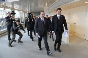 Statsminister Stefan Löfven (S) och riksdagens talman Andreas Norlén (M) på väg till en pressträffen i riksdagshuset. Skribenten menar att den senare är en duktig