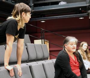 Tove Sahlin, som står för koreografi, regi och koncept, konfererar med Maria Johansson Josephsson som arrangerar sångerna i föreställningen.