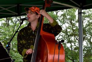 Brita Björs, folkmusiker från Hälsingland, kulade, sjöng och spelade bland annat kontrabas och autoharp.