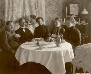 1910-tal. Grupp vid kaffebord i salen hemma hos någon i Örebro. Bildkälla: Örebro stadsarkiv/fotograf okänd. Bilden är en gåva av Birgitta Jungme, Örebro.