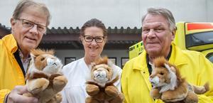 Mats Hogby från Lions i Avesta och Christer Andersson från Lions i Krylbo överlämnade 75 mjukisdjur till akutmottagningen på Avesta lasarett där de togs emot av undersköterskan Ann Arnelöv.