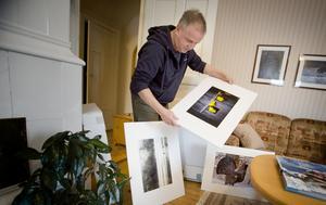 Varje bild har sin historia. Petter Rybäck tar fram en låda med bilder från sin senaste utställning.