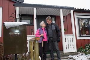 Signhild Åström och Göran Lindkvist från Odd Fellow samtalar om den nya ledstången utanför huset.