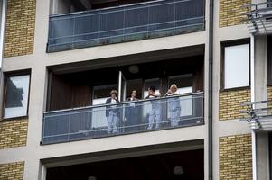 Det var inte bara nedanför sjukhuset som folk samlades. Även på sjukhusets balkonger stod åhörare.