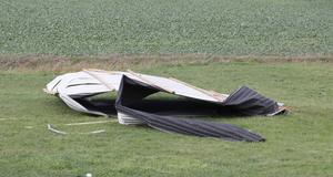 En takplåt blåste cirka hundra meter och hamnade på marken.