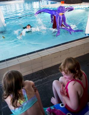 Silla och bläckfisken busar i vattnet och helt plötsligt kan Silla simma, hon är inte längre rädd för vatten.