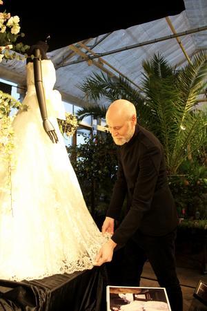 Lars Wallin såg till att varje detalj var perfekt, från hur ljuset föll på klänningarna till vilka blommor som användes.