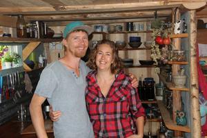 I sitt kök. Huset är byggt på en gammal militärvagn. Här bor David och Eliza på 25 kvadrat, om man räknar loftet med säng.