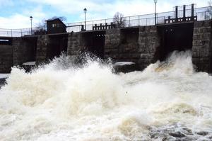 Det är stor kraft i vattenmassorna som passerar damluckorna i Sundborn.