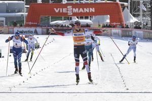 En tämligen överlägsen Johannes Höstflot Kläbo gled i mål som ohotad vinnare av fristilssprinten i Falun. Tvåa blev italienaren Federico Pellegrino, ett annat sprintess. Foto: Ulf Palm/TT