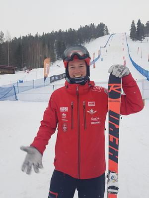 Anton Axellie framför SM-backen i Skellefteå. I morgon avslutas SM, och säsongen, med parallellpuckelpist. Foto: Clara Månsson