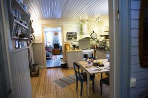 Paret Alida Johansson och Freddie Ross har inte känt sig tvingade att reonvera mycket i huset. Köket, som renoverades 2007, hade till och med möbler som de nu fortsätter använda.