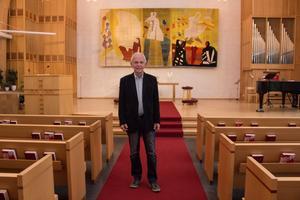 Per Olof Svärdhagen, pastor i Nybrokyrkan, berättar om altartavlan, en gobeläng gjord av bildkonstnären Sten Kauppi, öppet homosexuell redan på femtiotalet.