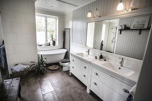 Lägenheten som fanns en gång i tiden på övervåningen har blivit badrum med bastu.