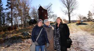 Gunilla Larsson, Britt Andersson och Marie-Louise Pettersson nedanför kvarnen, som är i behov av upprustning.