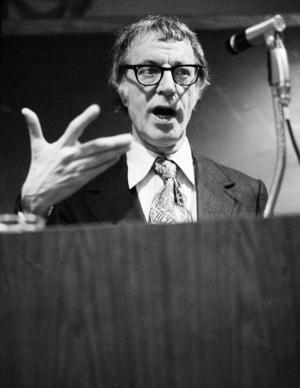 Albert Ellis skrev under sin livstid en lång rad självhjälpsböcker inom psykoterapi. Foto: TT/Arkiv
