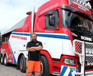 Mattias Haglund, vd för Bärgningstjänst Dalarna AB har varit tvungen att hoppa undan från bilar för att inte bli påkörd när han har arbetat på vägen.