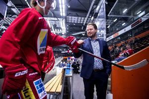 18.40: Fredrik Glader är tillbaka vid isen där han stod åtta timmar tidigare och ser på när laget värmer upp inför matchen mot Västerås.