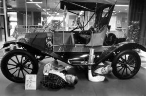 Arrangörerna Roland Klang och Sven Jernberg kollade in en av veteranbilutställningens rariteter, en T-Ford från 1911.