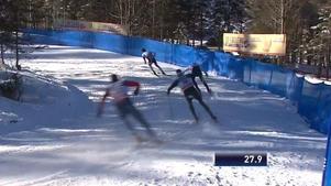 Calle Halfvarsson låg precis bakom Kläbo när han föll i kurvan. Bild:SVT.