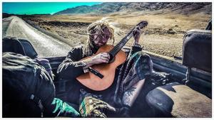 Tommie lärde sig att spela gitarr under den tid som spenderades på lastbilsflak. Foto: Privat