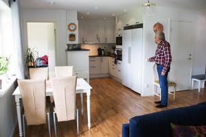 Jan Brinka kollar belysningen i köksdelen, där diskmaskin och ugn är placerade så man slipper böja sig.