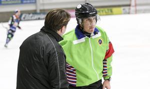 Brobergs assisterande tränare Patrik Larsson i diskussion  med domaren Jacob Sulasalmi efter Bollnäs 3–0-mål.