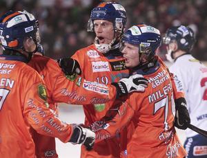 Patrik Nilsson jublar över kasper Mileruds reducering efter en hörna i slutet av första halvlek.