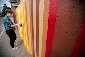 Frida Mård putsar på den sista färgen.