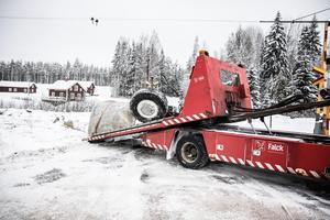 Delar av lastbilen bärgades under fredagsförmiddagen.